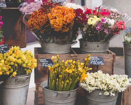 flower-shop-stall-arrangement